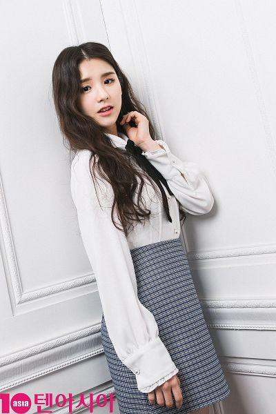 Tags: K-Pop, LOOΠΔ, Jeon Heejin, Bow, Wavy Hair, Checkered Skirt, Skirt, Gray Skirt, Checkered, Black Bow, Wall, Magazine Scan