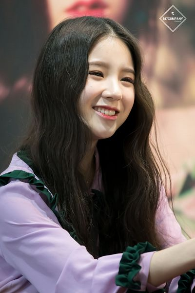Tags: K-Pop, LOOΠΔ, Jeon Heejin, Looking Ahead, Close Up, Multi-colored Shirt, Wavy Hair, Fansigning Event