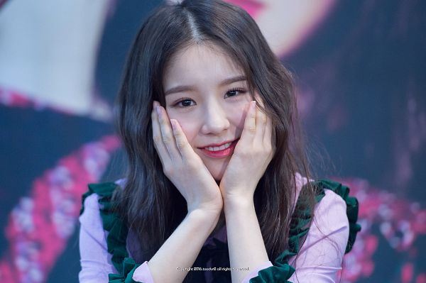 Tags: K-Pop, LOOΠΔ, Jeon Heejin, Close Up, Multi-colored Shirt, Hand On Cheek, Wavy Hair, Hand On Head, Fansigning Event