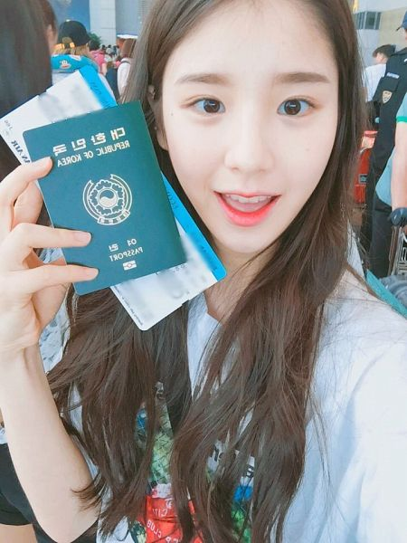 Tags: K-Pop, LOOΠΔ, Jeon Heejin, Close Up, Airport, Multi-colored Shirt, Passport, Holding Object, Twitter, Selca