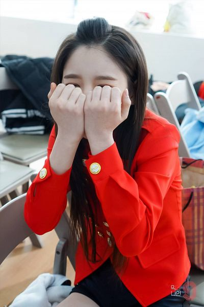 Tags: YG Entertainment, K-Pop, Television Show, LOOΠΔ, Jeon Heejin, Covering Eyes, Close Up, Covering Mouth, Text: Series Name, Red Shirt, MIXNINE