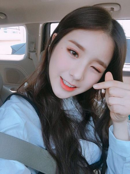 Tags: K-Pop, LOOΠΔ, Jeon Heejin, In Car, Close Up, Car, Wink, Heart Gesture, Make Up, Selca, Twitter