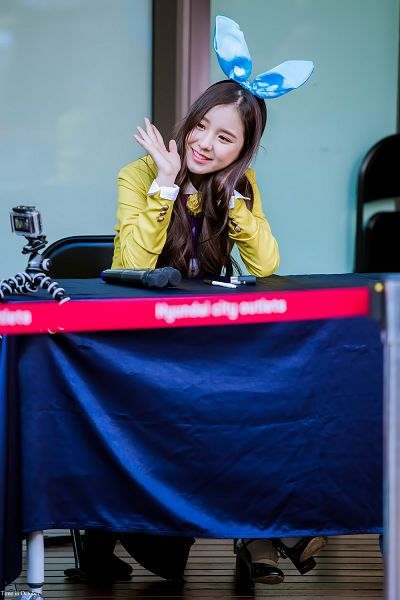 Tags: K-Pop, LOOΠΔ, Jeon Heejin, Yellow Outerwear, Hand In Hair, Wave, Animal Ears, High Heels, Looking Ahead, Fansigning Event