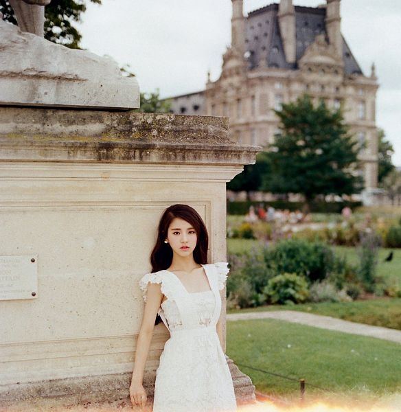 Tags: K-Pop, LOOΠΔ, ViVid, Jeon Heejin, Short Sleeves, Statue, Palace, White Outfit, Plant, White Dress, Tree, Wavy Hair