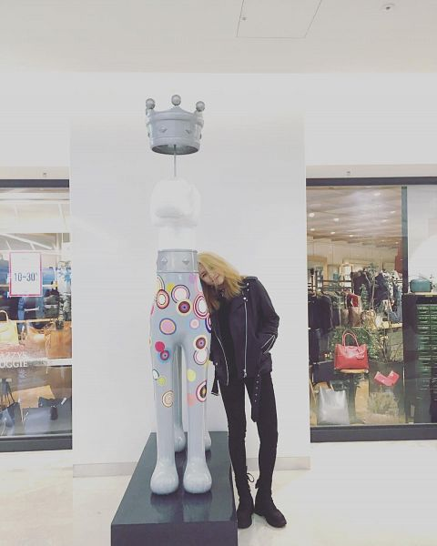 Tags: K-Pop, K.A.R.D, Jeon Jiwoo, Light Background, Black Footwear, Leather Jacket, Black Outfit, Black Pants, Instagram