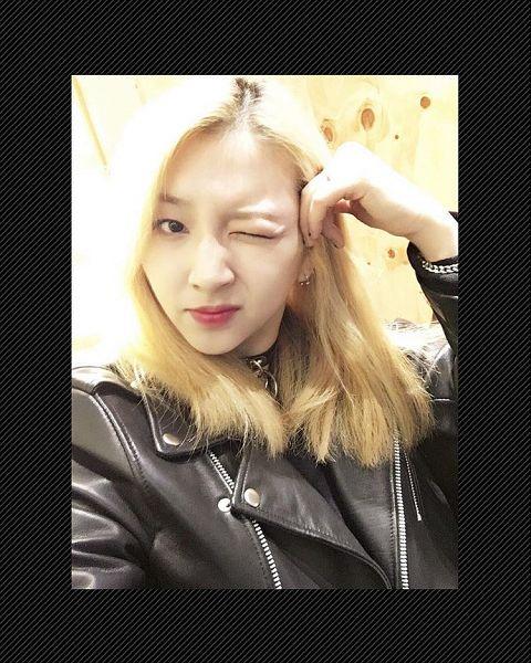 Tags: K-Pop, K.A.R.D, Jeon Jiwoo, Close Up, Wink, Leather Jacket, Bracelet, Instagram, Selca