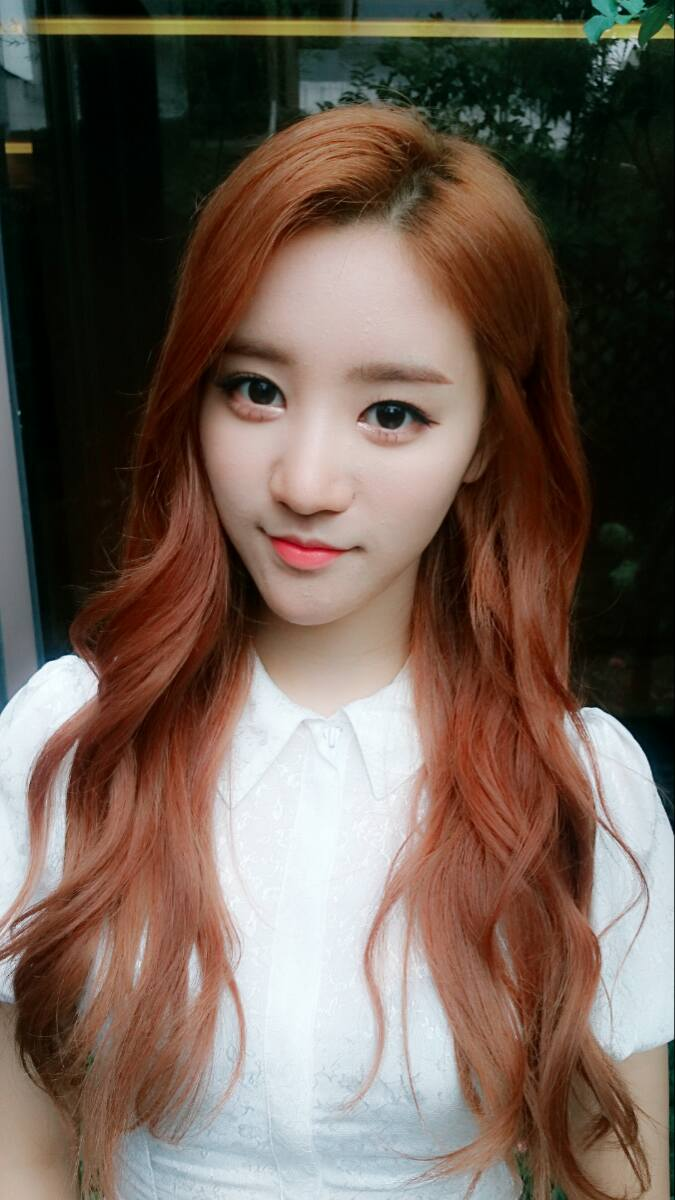 Tags: K-Pop, VIVIDIVA, Jeon Sara, Window, White Outfit, White Dress, Red Hair, Selca