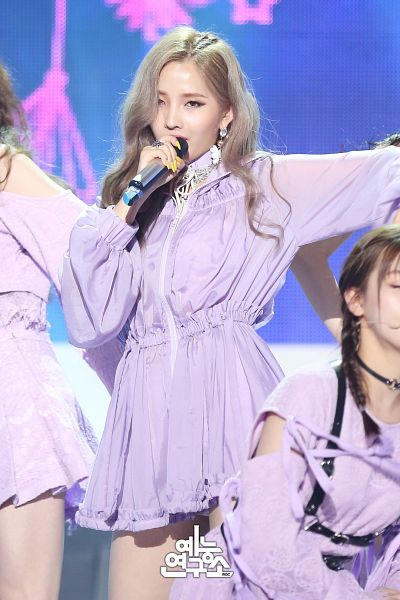 Tags: Television Show, K-Pop, (G)-I-DLE, LATATA, Jeon Soyeon, Earrings, Covering Mouth, Holding Object, Microphone, Close Up, Stage, Korean Text