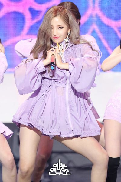 Tags: Television Show, K-Pop, (G)-I-DLE, LATATA, Jeon Soyeon, Stage, Looking Ahead, Close Up, Korean Text, Blonde Hair, Purple Dress, Purple Outfit