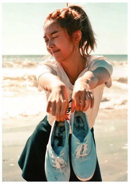 Tags: K-Pop, Girls' Generation, Jessica Jung, Sneakers, Shoes, Green Skirt, Sea, Ponytail, Beach, Blue Footwear, Eyes Closed, Android/iPhone Wallpaper