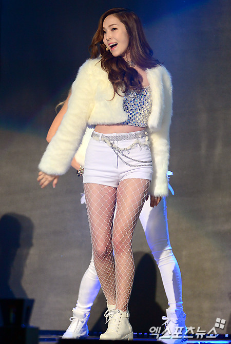 Tags: Seoul Music Awards, Girls' Generation, I Got A Boy, Jessica Jung, Singing, Full Body, White Shorts, Wavy Hair, White Jacket, White Footwear, White Outfit