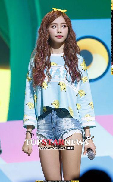 Tags: K-Pop, Minx, Dreamcatcher, Jiu, Bow, Blue Shirt, Hair Ornament, Jeans, Banana, Fruits, Yellow Headwear, Bracelet