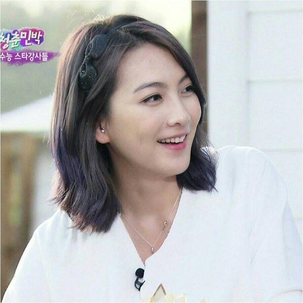 Tags: K-Pop, KARA, Jiyoung Kang, Necklace, Hair Ornament, Korean Text, Black Headwear, Bow, Purple Hair, Black Bow, Looking Away, Hair Bow