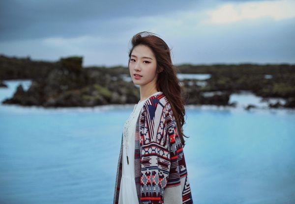 Tags: K-Pop, LOOΠΔ, Let Me In, Jo Haseul, Flowing Hair, Black Eyes, Lake, Water, Sky, Wind, Wallpaper