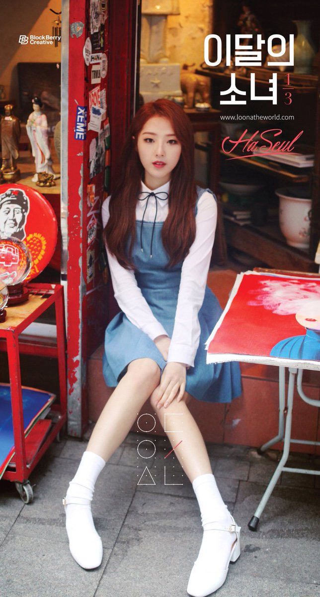 Tags: K-Pop, LOOΠΔ, Jo Haseul, Socks, Serious, Make Up, Table, White Footwear, Blue Dress, Hand On Knee, Text: URL, Korean Text