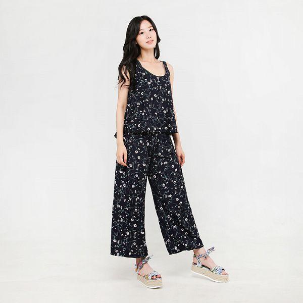 Tags: K-Pop, Berry Good, Johyun, Floral Print, Black Shirt, Standing, Bare Shoulders, Sleeveless Shirt, Sleeveless, Gray Background, Black Pants, Floral Pants
