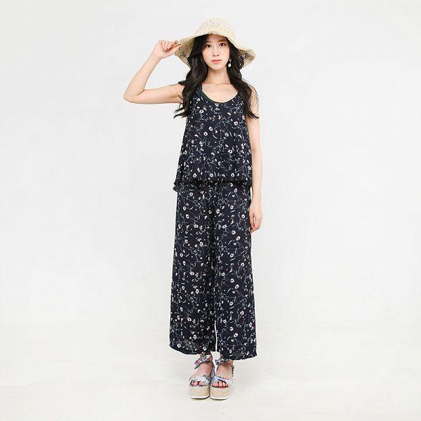 Tags: K-Pop, Berry Good, Johyun, Standing, Bare Shoulders, Sleeveless Shirt, Sleeveless, Gray Background, Black Pants, Floral Pants, Jewelry, Pants