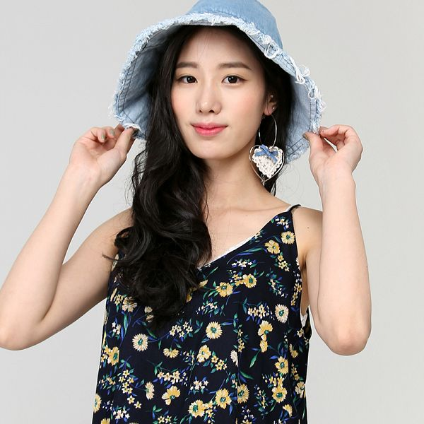 Tags: K-Pop, Berry Good, Johyun, Earrings, Gray Background, Simple Background, Hat, Standing, Black Eyes, Sleeveless, Jewelry, Bare Shoulders