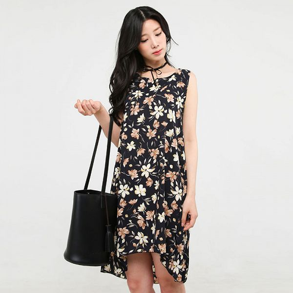 Tags: K-Pop, Berry Good, Johyun, Choker, Floral Print, Bag, Black Outfit, Floral Dress, Gray Background, Black Dress, Bare Shoulders, Sleeveless