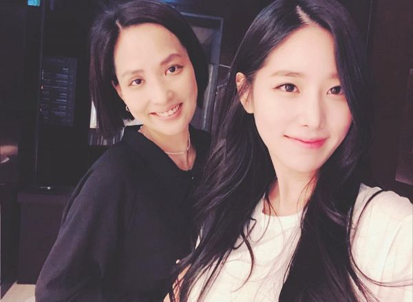 Tags: K-Pop, Berry Good, Johyun, Black Eyes, Black Shirt, Mother And Daughter, Two Girls, Duo, Grin, Necklace, Family, Selca