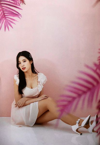 Tags: K-Pop, Berry Good, Johyun, Sitting On Ground, Hair Clip, Hand On Knee, Serious, High Heels, Black Eyes, Pink Background, Hair Ornament, Hand On Leg