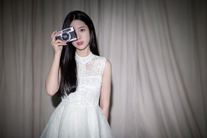 Tags: K-Pop, Berry Good, Johyun, Bare Shoulders, Sleeveless Dress, White Outfit, Red Lips, White Dress, Camera, Curtain, Black Eyes, Sleeveless