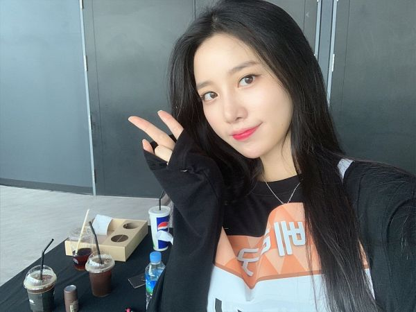 Tags: Television Show, K-Pop, Berry Good, Johyun, Black Eyes, Black Shirt, Cup, V Gesture, Twitter, Selca, Idol Star Athletics Championships