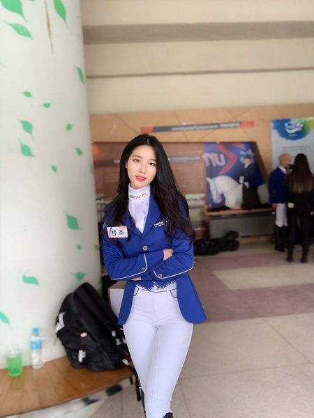 Tags: Television Show, K-Pop, Berry Good, Johyun, Crossed Arms, Blue Outerwear, Bag, Backpack, Black Eyes, Blue Jacket, White Pants, Twitter