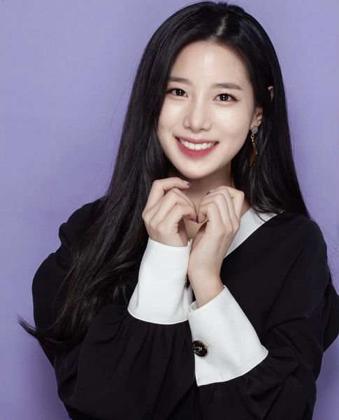 Tags: K-Pop, Berry Good, Johyun, Black Dress, Black Outfit, Grin, Purple Background