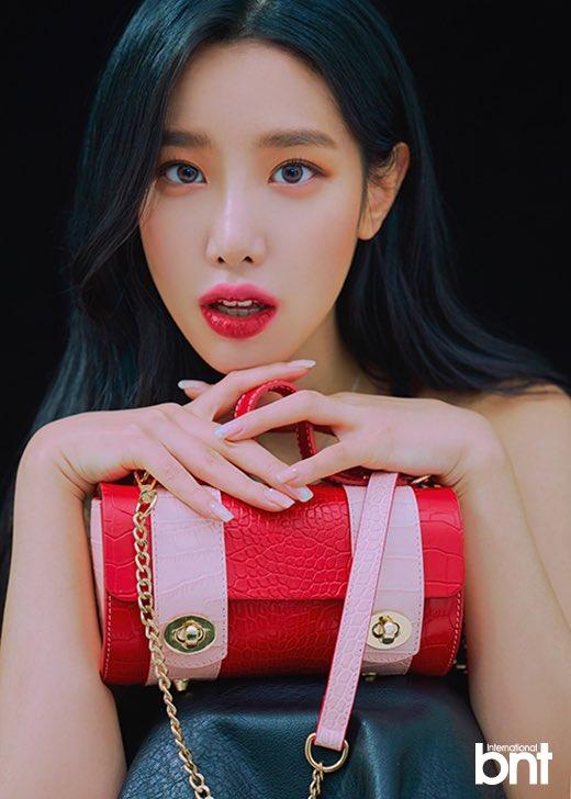 Tags: K-Pop, Berry Good, Johyun, Bag, Black Outfit, Red Lips, Black Dress, Black Background, Necklace, Dark Background, International Bnt, Magazine Scan