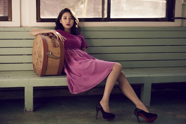 Tags: K-Drama, Joo Da-young, Pink Dress, Bag, Window, Sitting On Bench, Pink Outfit, Medium Hair, Suitcase, Red Lips, High Heels, Bench