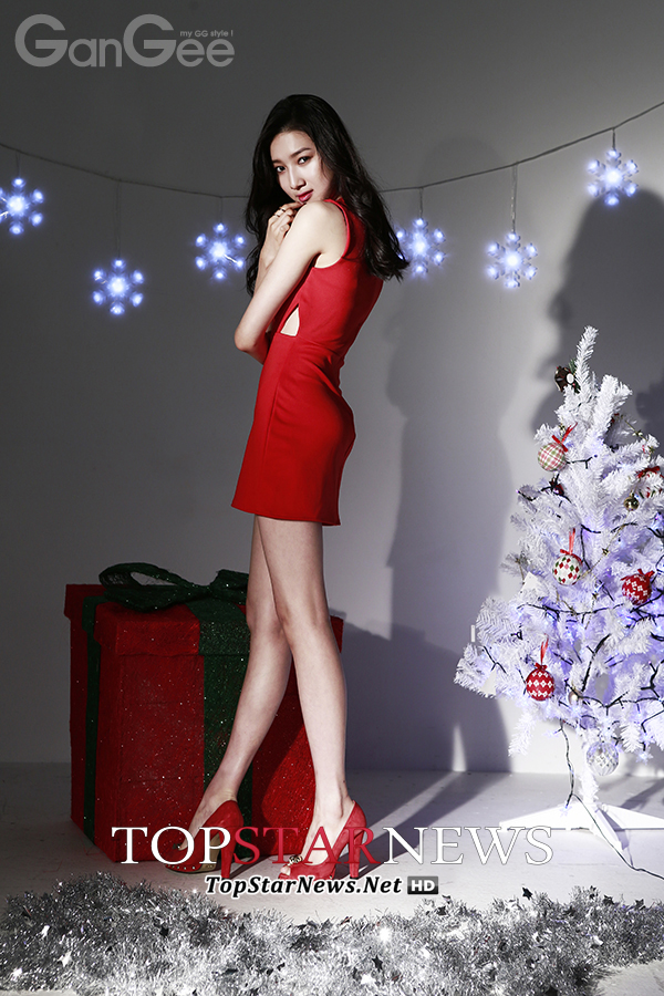 Tags: K-Drama, Joo Da-young, Christmas, Red Footwear, Snow, Bare Shoulders, Red Outfit, Christmas Tree, High Heels, Tree, Snowflake (symbol), Gift