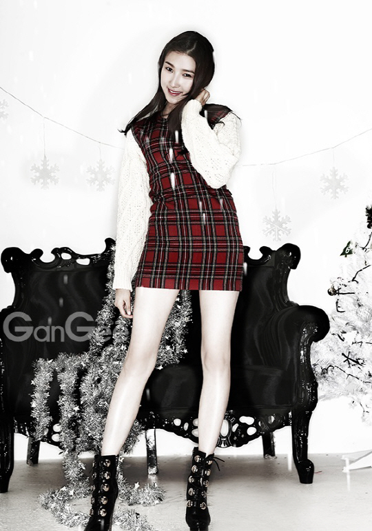 Tags: K-Drama, Joo Da-young, Snowflake (symbol), Light Background, White Background, Christmas, Snow, Couch, Christmas Tree, Tree, High Heels, Magazine Scan