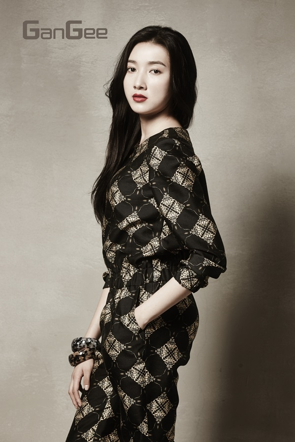 Tags: K-Drama, Joo Da-young, Bracelet, Red Lips, Gray Background, Hand In Pocket, GanGee, Magazine Scan