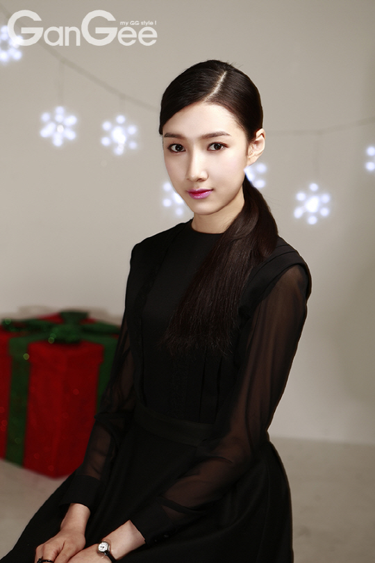 Tags: K-Drama, Joo Da-young, Watch, Black Dress, Black Outfit, Wristwatch, Hair Up, Gift, Ponytail, GanGee, Magazine Scan