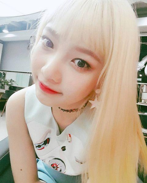 Tags: K-Pop, Red Velvet, Joy, Sleeveless, Bangs, Choker, Close Up, Sleeveless Shirt, Jewelry, Red Lips, Blunt Bangs, Contact Lenses