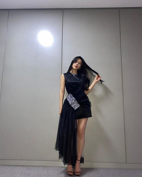 Tags: K-Pop, Red Velvet, Joy, Black Outfit, High Heels, Gray Background, Hand In Hair, Black Dress, Shoes, Bare Legs, Necklace, Black Footwear