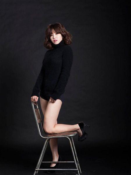 Tags: K-Pop, Secret, Jun Hyoseong, Shorts, Standing On One Leg, Black Background, Leg Up, High Heels, Black Footwear, Chair, Black Shorts, Medium Hair