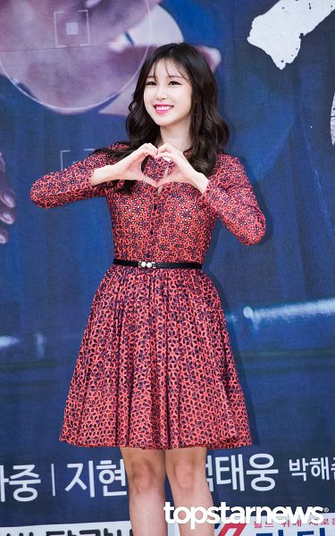 Tags: K-Pop, Secret, Jun Hyoseong, Bare Legs, Heart Gesture, Eyes Half Closed, Wavy Hair, Red Outfit, Belt, Red Dress, Android/iPhone Wallpaper, Topstarnews