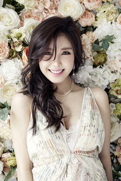 Tags: K-Pop, Secret, Jun Hyoseong, Flower, Bare Shoulders, White Outfit, Collarbone, White Dress, Gray Eyes, Rose (flower), Necklace, White Flower