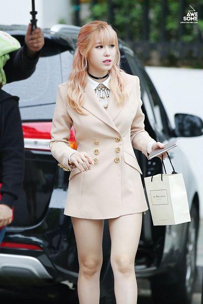 Tags: K-Pop, Secret, Jun Hyoseong, Make Up, Outdoors, Choker, White Outerwear, White Jacket, Looking Away, Nail Polish, Bag, Bare Legs