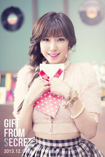 Tags: K-Pop, Secret, Jun Hyoseong, White Skirt, Text: Calendar Date, Skirt, Gray Skirt, Pink Shirt, Text: Album Name, Gift, Card, Midriff
