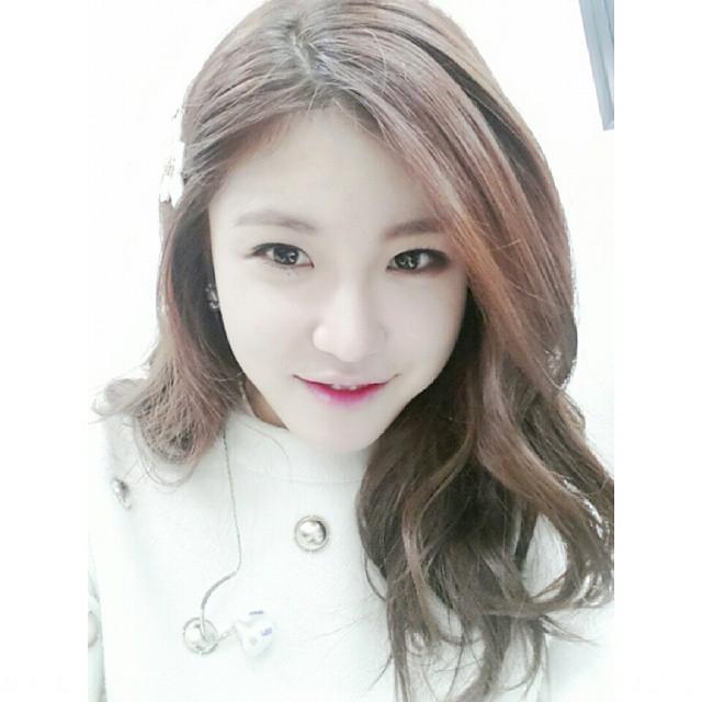 Tags: K-Pop, Secret, Jun Hyoseong, Light Background, White Background, Hair Ornament, Sweater, White Headwear, Hair Clip, Selca