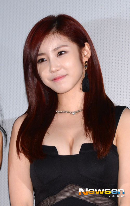 Tags: K-Pop, Secret, Jun Hyoseong, Sleeveless Dress, Black Dress, Looking Ahead, Sleeveless, Bare Shoulders, Necklace, Cleavage, Red Hair, Black Outfit