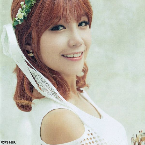 Tags: K-Pop, Apink, No No No, Jung Eun-ji, Medium Hair, Red Hair, Close Up, Flower, Light Background, White Background, Flower Crown