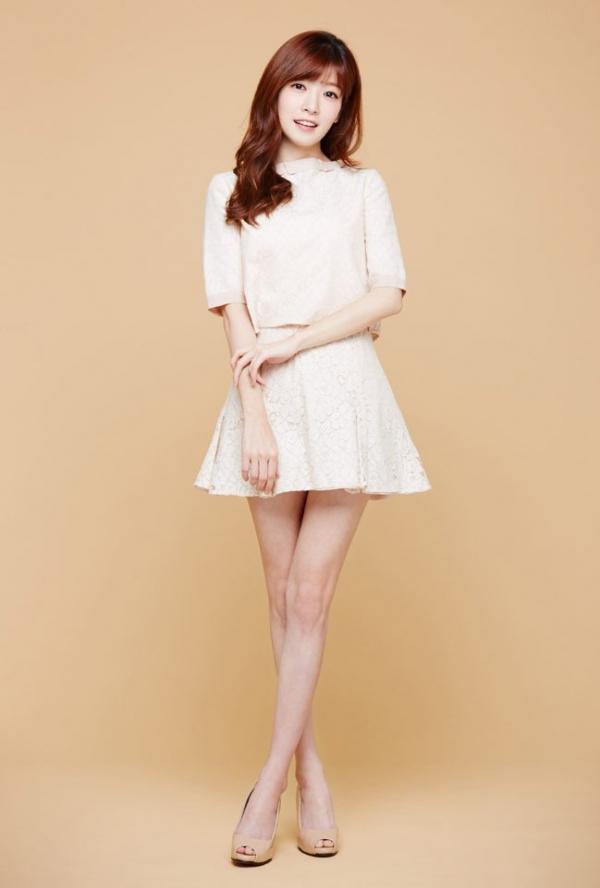 Tags: K-Drama, Jung In-sun, Red Hair, Crossed Legs (Standing), High Heels, Skirt, Orange Background, White Skirt