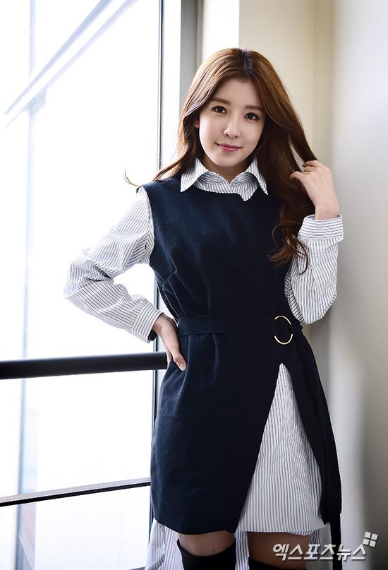 Tags: K-Drama, Jung In-sun, Striped Shirt, Striped, Hand On Hip, Vest, Wavy Hair, Black Eyes, Belt, Window