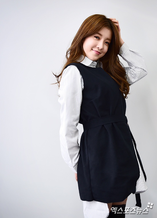Tags: K-Drama, Jung In-sun, Hand On Head, Striped Shirt, Blue Dress, Wavy Hair, Arms Behind Back, Blue Outfit, Vest, Striped, Black Eyes