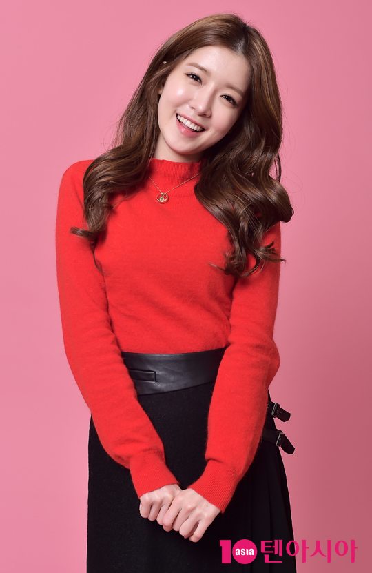 Tags: K-Drama, Jung In-sun, Black Skirt, Pink Background, Grin, Head Tilt, Necklace, Red Shirt, Skirt, Black Eyes, 10asia + Star, Magazine Scan