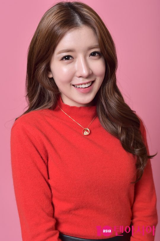 Tags: K-Drama, Jung In-sun, Black Eyes, Grin, Necklace, Pink Background, Red Shirt, 10asia + Star, Magazine Scan
